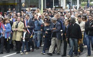 Une marche silencieuse en ommage aux policiers tués a réuni un millier de personnes à Mantes-la-Jolie, samedi 18 juin.