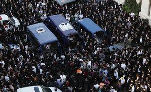 Jérusalem, le 18 novembre 2014. Des juifs marchent en procession autour des cercueils des victimes de l'attentat de la synagogue.