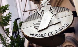 Enseigne de cabinet d'un huissier de justice à Paris, le 10 mars 2008.