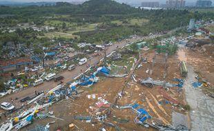 Une photo aérienne prise le 15 mai 2021 montre la scène après une tornade dans le district de Caidian à Wuhan