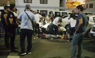 La police turque sur les lieux du meurtre d'un policier à Istanbul, le 13 août 2017.