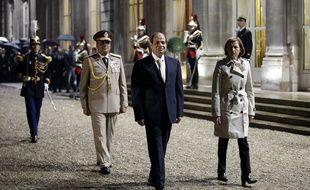 Le président égyptien Abdel-Fattah el-Sissi (centre) passe en revue une troupe de g ardes d'honneur en compagnie du ministre français de la Défense Florence Parly.