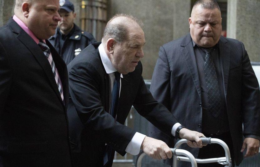 En déambulateur, Harvey Weinstein promet au juge qu'il sera présent à son procès en janvier