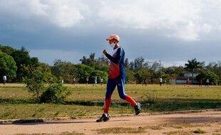 Contrairement à ce que suggère cette photo, l'athlète cubain Wilfredo Diaz ne court pas vers l'avant, mais s'entraîne au rétrorunning, à La Havane, le 1er juin 2021.