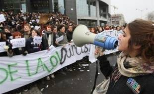 Les lycéens sont appelés à une journée de mobilisation jeudi, prélude à un mois où syndicats enseignants et organisations lycéennes entendent hausser le ton pour faire reculer Xavier Darcos sur les suppressions de postes, après le report en décembre de la réforme du lycée.