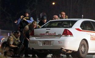 Des policiers en faction devant le poste de police de Ferguson, le 12 mars 2015. AP Photo/St. Louis Post-Dispatch, Laurie Skrivan