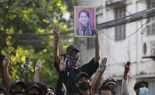 Des manifestants pro-Aung San Suu Kyi, le 1er avril 2021 en Birmanie.