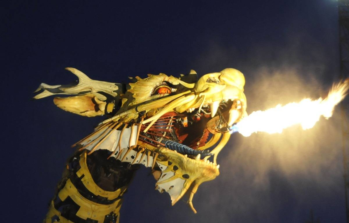 (150823) -- NANTES, Aug. 23, 2015 (Xinhua) -- The mechanical Horse Dragon Long Ma puffs fire during its performance in Nantes, France, on Aug. 22, 2015. Long Ma was made in 2014 by French production company La Machine to celebrate the 50th anniversary of diplomatic relations between France and China. (Xinhua/Shang Xu) (zhf)/CHINENOUVELLE_832.29/Credit:Shang Xu/Chine Nouvelle/SIPA/1508240859 – Shang Xu/Chine Nouvelle/SIPA