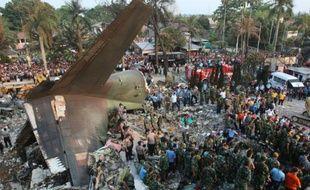 Les débris de l'avion militaire Hercules C-130 qui s'est écrasé à Medan, le 30 juin 2015