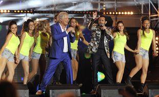 Patrick Sébastien et Cyrille Hanouna lors de l'émission de France 2 dédiée à la Fête de la musique, le 21 juin 2013, à Marseille.