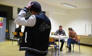 """Un détenu (premier plan) rencontre des professionnels afin de s'entraîner à l'entretien d'embauche, à l'occasion de la """"semaine de l'emploi"""" dans la prison de La Talaudière, près de Saint-Etienne (Rhône-Alpes), le 12 octobre 2015"""