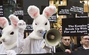 Une manifestation de la Peta devant une boutique The Kooples à Londres le 29 octobre 2015.