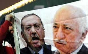 Les portraits de Recep Tayyip Erdogan et Fethullah Gulen brandis lors d'une manifestation contre le gouvernement le 30 décembre 2013 à Istanbul
