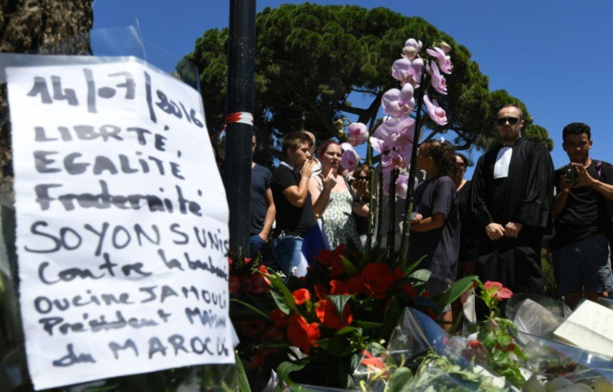 Un mémorial improvisé avec des fleurs et des mots non loin des lieux où au moins 84 personnes sont mortes, fauchées par un camion sur la Promenade des Anglais à Nice, le 15 juillet 2016 – BORIS HORVAT AFP