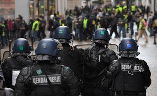 Des CRS face aux manifestants «gilets jaunes», samedi 2 février 2019 à Nantes.