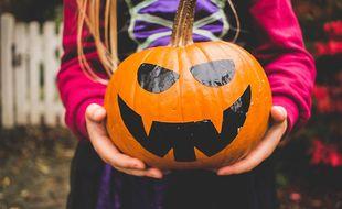 Une petite fille fête Halloween