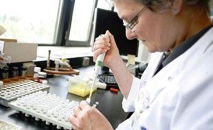Un scientifique belge travaille sur la bactérie NDM-1 dans son laboratoire de l'université d'Anvers (Belgique), le vendredi 13 août 2010