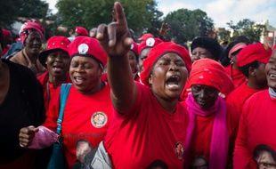 Des manifestants du Mouvement pour le changement démocratique (MDC) appellent au départ du président zimbabwéen Robert Mugabe, le 28 mai 2016 à Bulawayo, la deuxième ville du pays