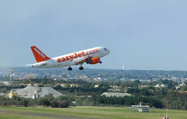 Un avion décolle depuis l'aéroport Nantes-Atlantique.