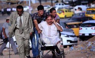 Des Irakiens fuient les combats dans le nord de la province de Ninive où sévit l'EIIL et arrivent au point de passage de Aski kalak, le 11 juin 2014