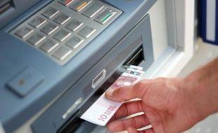 Photo d'illustration d'un retrait à un distributeur automatique.