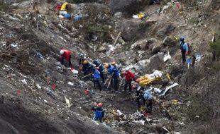 Des gendarmes et enquêteurs à l'oeuvre sur le site du crash de l'Airbus A320 de la compagnie Germanwings, le 26 mars 2015 dans les Alpes françaises