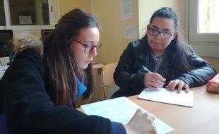 Mélissa et Marianne en pleine réflexion sur un devoir de mathématiques
