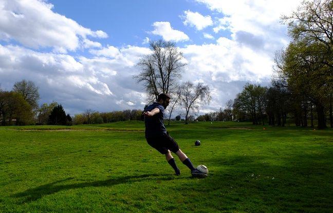 Un joueur effectuant un tir lors d'une compétition de footgolf organisée en Gironde le 25 mars 2016.