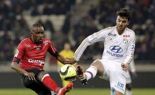 Clément Grenier, ici lors de l'un de ses rares matchs sous le maillot lyonnais, en mars 2016 face à l'EAG de Moustapha Diallo,