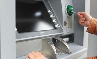 Un retrait à un distributeur automatique de billets (illustration).
