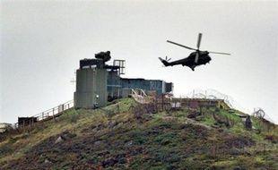 Deux personnes ont été tuées dans une attaque à l'arme à feu survenue contre une base de l'armée britannique en Irlande du Nord, a annoncé samedi un porte-parole du service ambulancier.