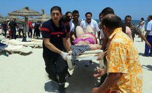 Une femme est transportée sur un brancard après l'attentat sur une plage de Sousse, le 26 juin 2015