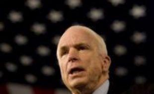 """Le candidat républicain à la Maison Blanche John McCain a choisi de se montrer offensif à l'encontre de son adversaire démocrate Barack Obama n'hésitant pas à adopter un ton négatif qui tranche avec sa promesse de mener une campagne """"respectueuse""""."""