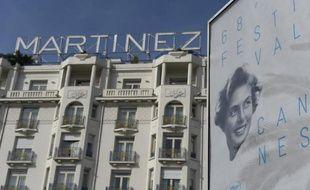 L'affiche officielle de la 68e édition du festival devant le palace Martinez à Cannes le 11 mai 2015