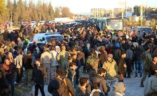 Le jeudi 15 décembre 2016 montre des habitants en passe d'être évacués de l'est d'Alep, en Syrie.