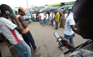 """L'Afrique, avec son immense retard en terme d'infrastructures et d'équipement informatique, passe directement à l'âge du """"tout mobile"""", notamment pour accéder à internet et aux services bancaires, et laisse entrevoir des perspectives de croissance à court terme uniques au monde."""