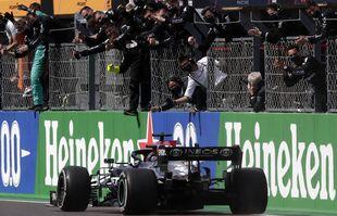 Le pilote britannique Lewis Hamilton franchit la ligne d'arrivée pour remporter le Grand Prix de Formule 1 du Portugal sur le circuit international de l'Algarve près de Portimao, au Portugal, le dimanche 2 mai 2021.
