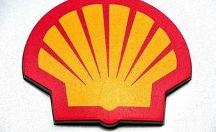 Décidé à redresser la barre après une chute du bénéfice, le nouveau patron de Shell a promis jeudi de vastes cessions d'actifs et une réduction des investissements, qui passera en premier lieu par l'arrêt cette année des forages en Alaska.