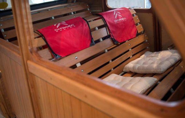 A l'arrière, les sièges en bois sont équipés de coussins, pour plus de confort.