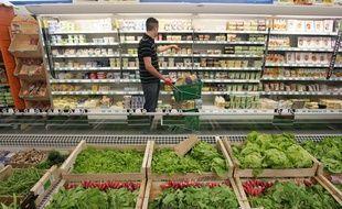 Rayon produits frais et laitiers et légumes dans un supermarché biologique (illustration)