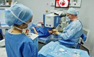 Les praticiens privés louent le bloc opératoire du centre de chirurgie rétractive. Hôpital Edouard-Herriot, Lyon, 22 novembre 2010.
