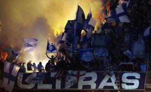 La garde à vue du chauffeur d'un minibus de supporteurs marseillais, âgé de 26 ans, a été prolongée dimanche à Orange, après une bagarre avec des supporteurs lyonnais qui a fait 17 blessés samedi dans le Vaucluse, en marge de la 37e journée de Ligue 1.