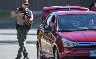 Un policier inspecte une voiture après la tuerie qui a fait deux morts en Californie, le 24 octobre 2014.