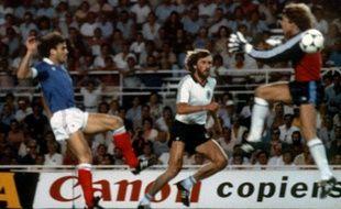 Harald Schumacher, le gardien allemand face à Patrick Battiston lors de la demi-finale de la Coupe du monde 1982 à Seville.