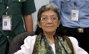 """Le tribunal de Phnom Penh chargé de juger les Khmers rouges a libéré dimanche l'ancienne """"première dame"""" du régime (1975-79), Ieng Thirith, jugée par les médecins trop folle pour assumer un procès."""