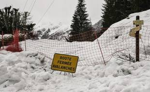 Illustration d'une route fermée à cause d'une avalanche.