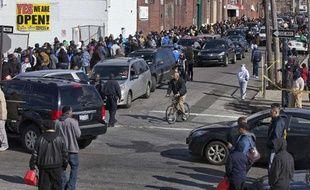 Des New-Yorkais font la queue pour un ravitaillement gratuit en carburant dans le quartier du Queens, le 3 novembre 2012.