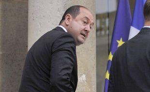 """Le Canard enchaîné de mercredi affirme qu'une """"enquête est en cours"""" pour identifier ses sources au sein de la DCRI, après que l'hebdomadaire eût écrit que Nicolas Sarkozy supervisait """"l'espionnage de journalistes"""", une """"enquête"""" que ce service de renseignement dément formellement."""