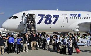 Le nouvel avion 787 Dreamliner de l'américain Boeing a effectué mercredi son premier vol commercial, entre Tokyo et Hong Kong, avec à son bord 252 personnes dont des passagers ayant payé leur billet plusieurs milliers de dollars pour cette première.