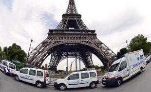 La Tour Eiffel est restée fermée mardi matin pour cause de grève, a-t-on appris de sources syndicale et auprès de la société qui gère le fameux monument parisien.